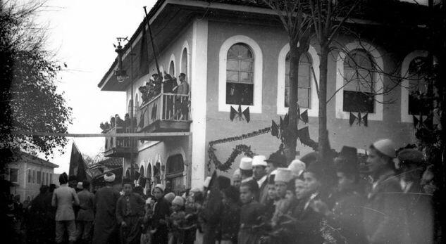 FOTO e rrallë e ngritjes së flamurit në Shkodër në 1913-ën