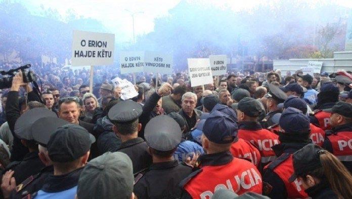PROTESTA E OPOZITËS, 2 MIJË POLICË RRETH KUVENDIT! GARDA – GAZETARËVE: VINI MASKA